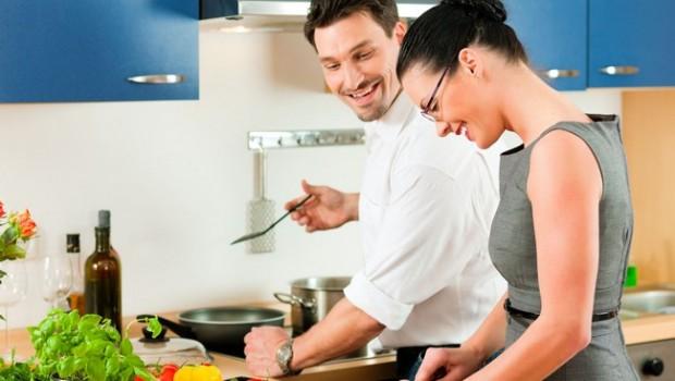 Cozinhar também pode ser uma forma de terapia, interação social e meditação.