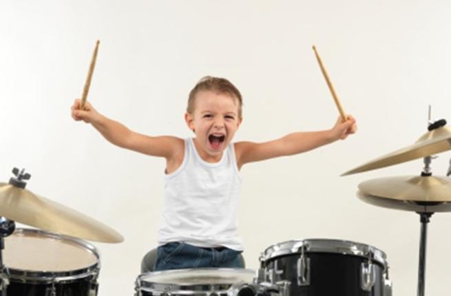 Tocar um instrumento musical treina tato, visão e audição simultaneamente.