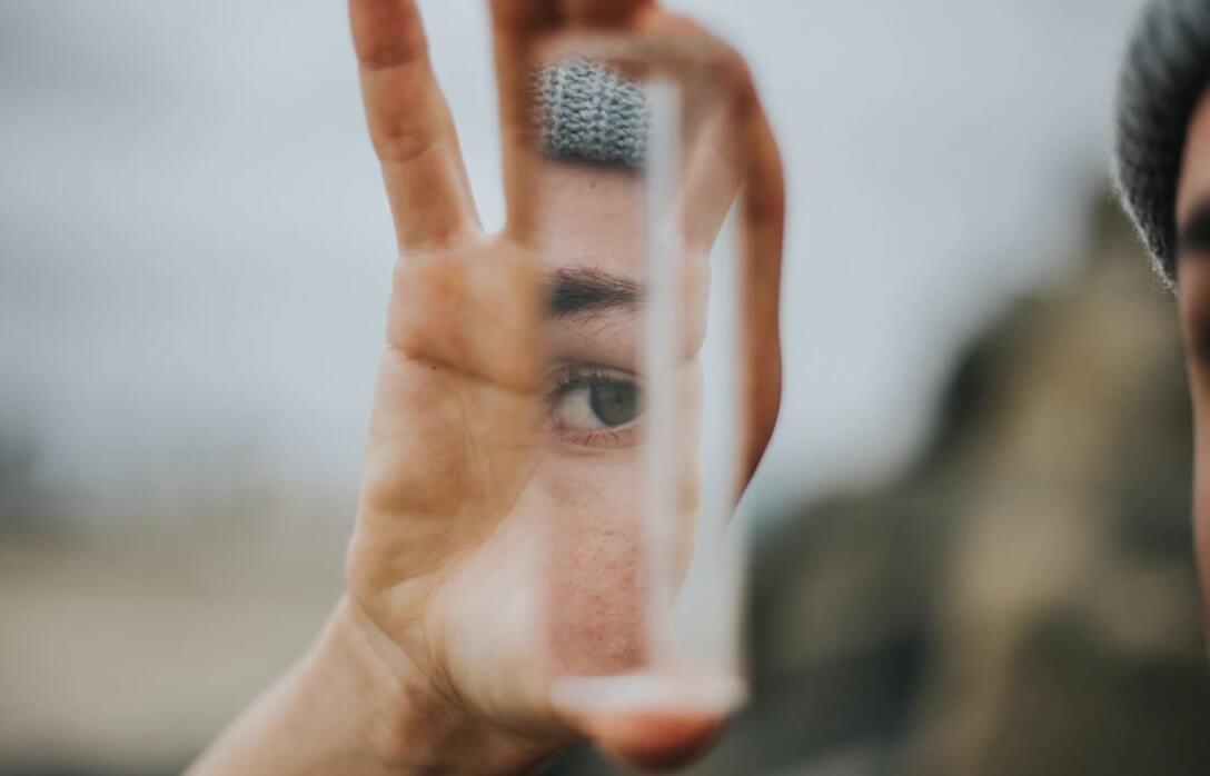 A lei do espelho: o que vê nos outros é na verdade o seu reflexo